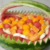 Salada de frutas em cesta de melancia deitada